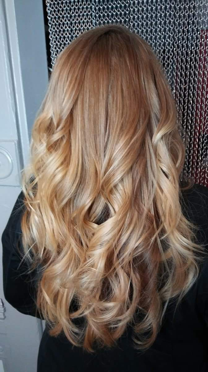 warm blonde ombre and wavy hairstyle